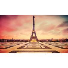 Az Eiffel torony és az előtte található tér fényképe